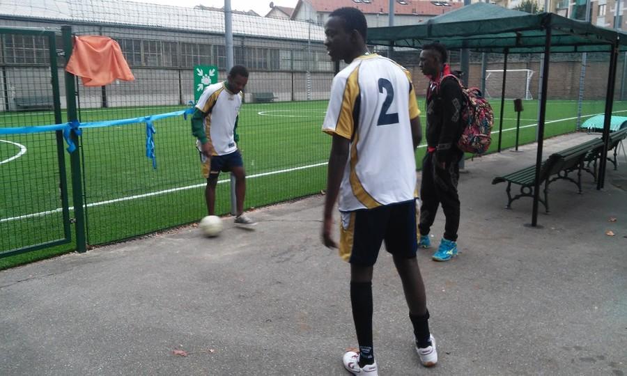 Difende un compagno da insulti razzisti, calciatore aggredito dopo la partita