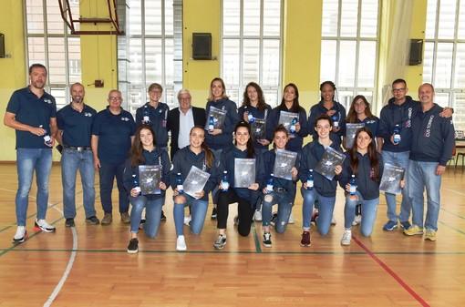 Il Barricalla CUS Torino Volley in compagnia dell'Amministratore Delegato di Lauretana Antonio Pola (foto SOFIA)
