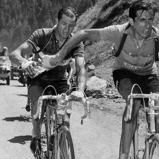 Il leggendario passaggio della borraccia tra Bartali e Coppi