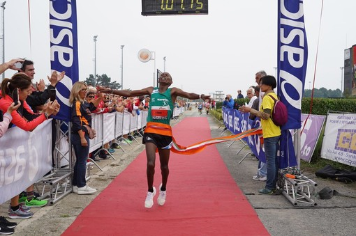 Doppio record alla HippoRun: vincono il keniano Paul Tiongik e l'etiope Gedamnesh Yayeh