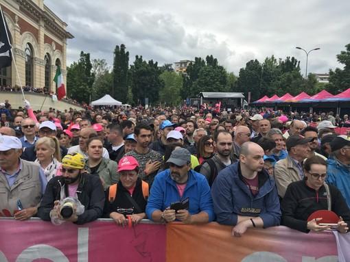 """Ivrea """"la Bella"""" si tinge di rosa: grande festa per la partenza del Giro d'Italia"""