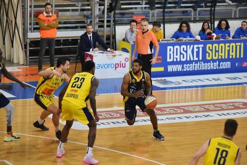 Al Palamangano, la Reale Mutua Basket Torino soffre, ma batte Scafati