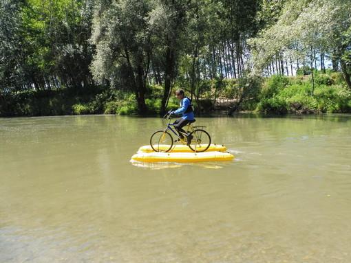 """""""Un Po di pedalate"""": la prima discesa del fiume Po in bicicletta galleggiato"""