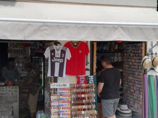 """L'altro effetto della CR7-mania: la nuova maglia della Juve è la """"divisa"""" del turista in Portogallo [FOTO]"""