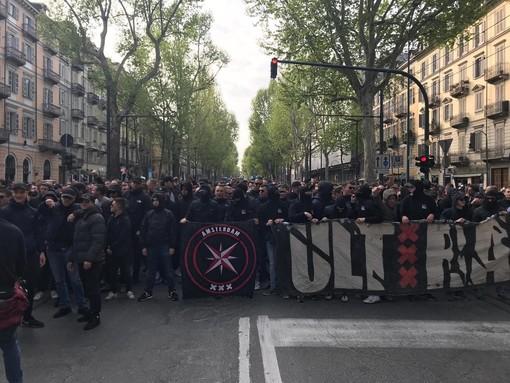 Corteo degli ultras dell'Ajax in centro: bloccato corso Vittorio Emanuele II