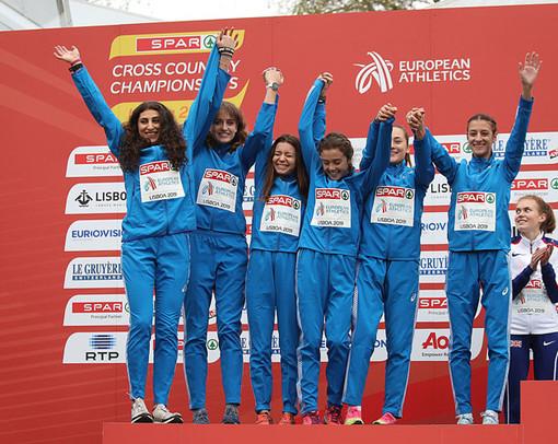 Giada Licando sul podio con la squadra azzurra: è la prima da sinistra