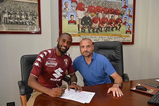 Nkoulou e Petrachi il giorno della sua firma per i granata (immagine tratta da torinofc.it)