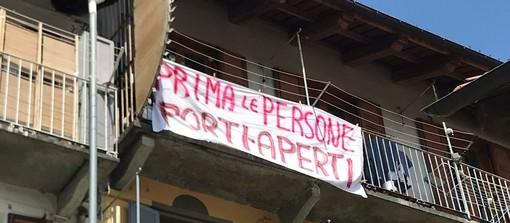 Il Giro d'Italia passa da Pinerolo: sui balconi striscioni contro Salvini
