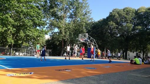 Code infinite nel primo weekend estivo: non è l'autostrada, è il nuovo campo da basket di Piazza d'Armi