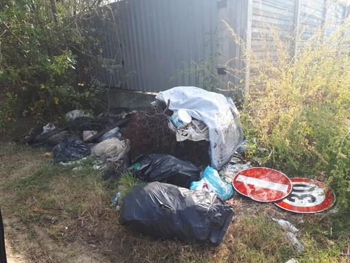 """Grugliasco, i Verdi lanciano l'allarme rifiuti abbandonati. Il Comune: """"Sono solo pochi incivili, ma stiamo intervenendo"""""""