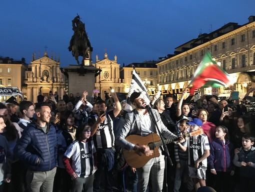 Juventus campione d'Italia, festa soft in piazza San Carlo: pochi i tifosi presenti (VIDEO)